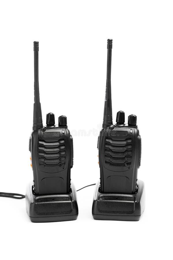 Walkie-talkie för bärbara radior på uppladdningsstationer som isoleras på vit arkivbild