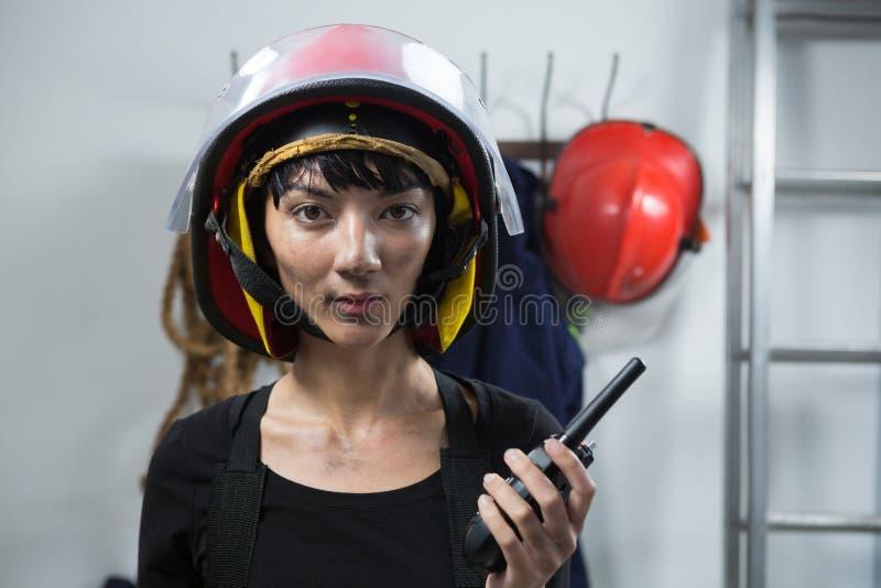 Walkie-talkie femminile della tenuta dell'architetto immagini stock libere da diritti