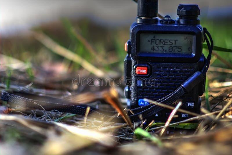 Walkie-talkie nell'erba con fotografia stock