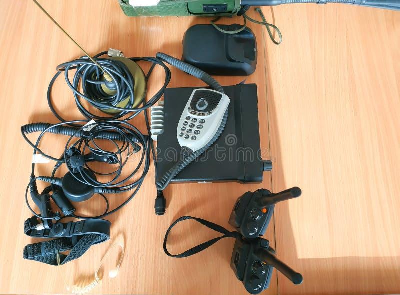 Walkie-talkie portatile sulla tavola dello scrittorio fotografia stock