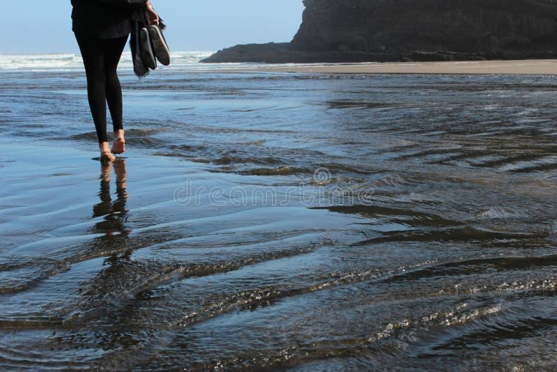 Walkon de oceaan stock foto's