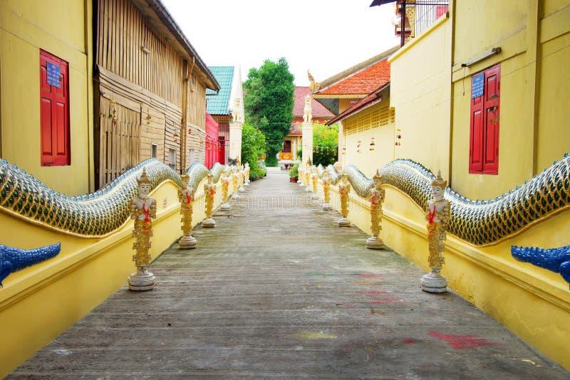 Walkwalk nel Saen Fang Temple a Chiangmai, Tailandia Bello tempiale buddista fotografia stock