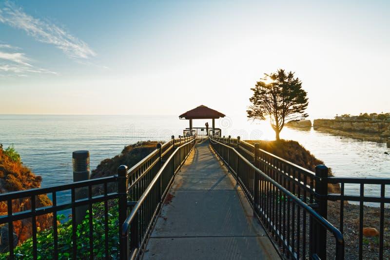 Walkway i Shore Cliff Gazebo o zachodzie słońca, Kalifornia Coastline zdjęcie royalty free