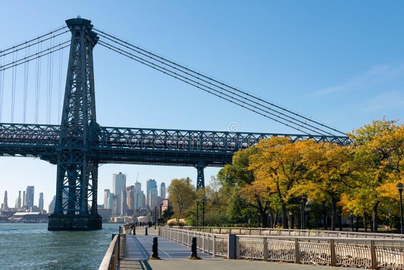 Walkway langs het East River Park door de Williamsburgbrug aan de benedenoostkant van New York City tijdens het najaar royalty-vrije stock fotografie