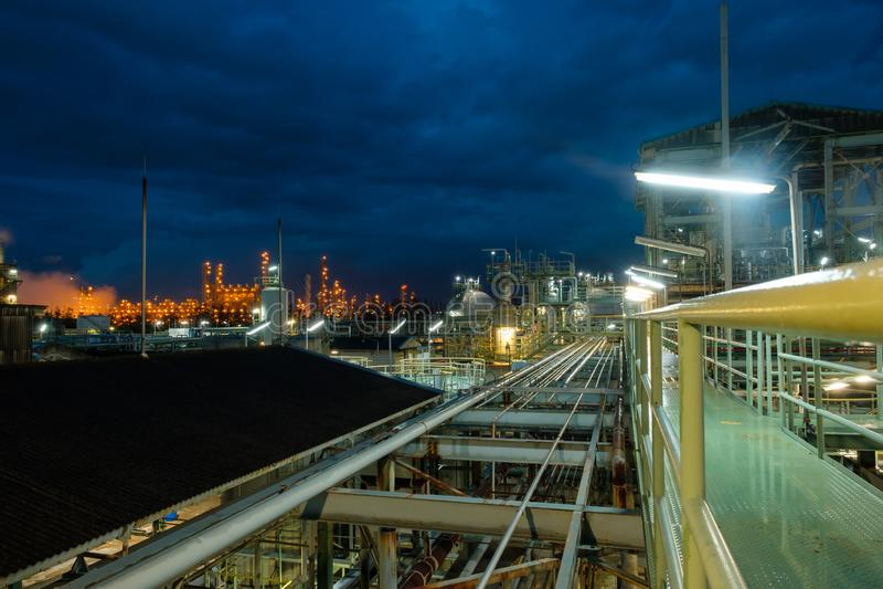 Walkway in petrochem-fabriek 's nachts royalty-vrije stock foto