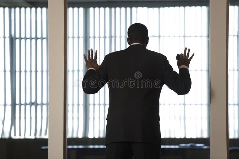Wall Den Glass Seende Mannen För Affären Ut Royaltyfri Bild