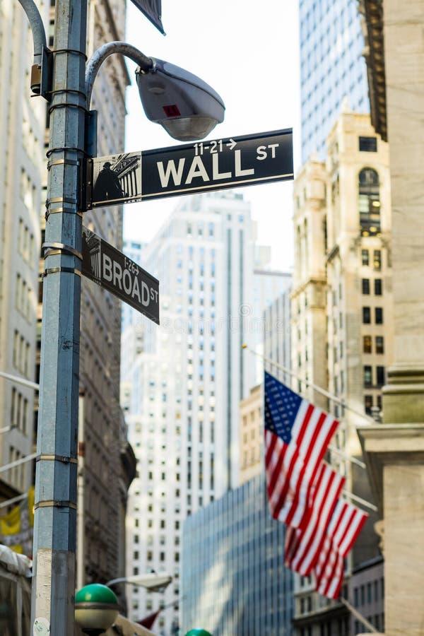 Wall Street assina dentro a cidade de Manhattan, New York fotografia de stock royalty free