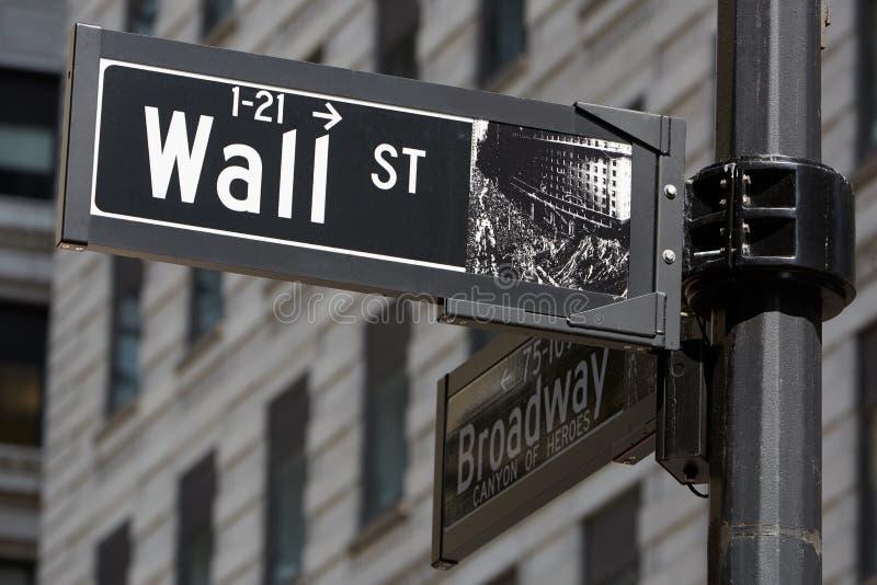 Wall Street e Broadway assinam perto da bolsa de valores, New York fotos de stock royalty free