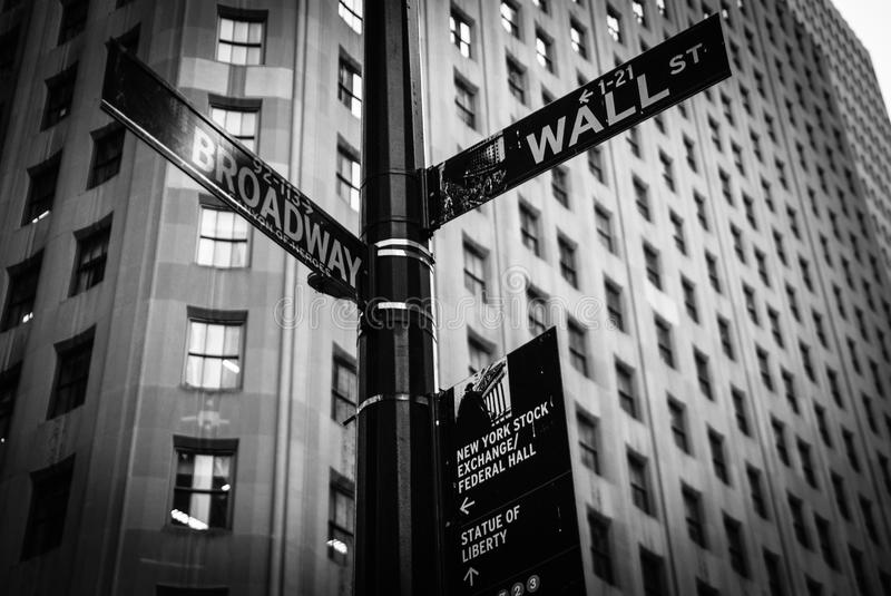 Wall Street en Broadway, New York, Verenigde Staten stock afbeelding