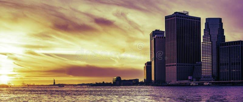 Wall Street en het Standbeeld van Vrijheid bij zonsondergang, de Stad van New York royalty-vrije stock afbeelding