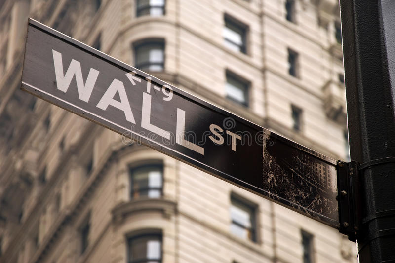 Wall Street firma dentro New York City immagine stock
