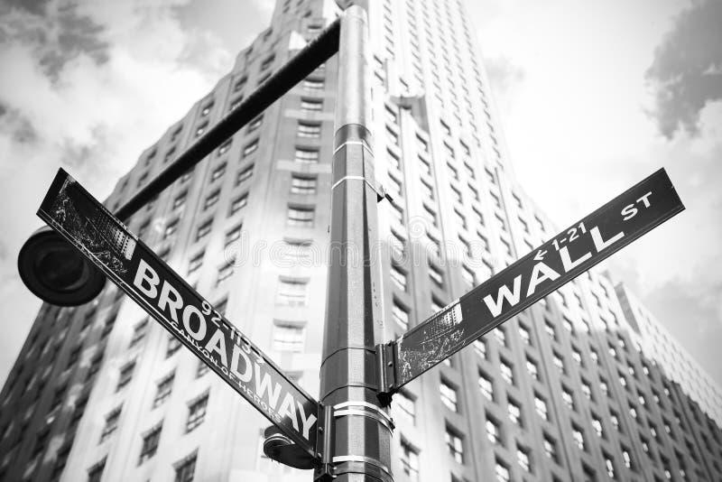 Wall Street och Broadway undertecknar in Manhattan, New York, USA fotografering för bildbyråer