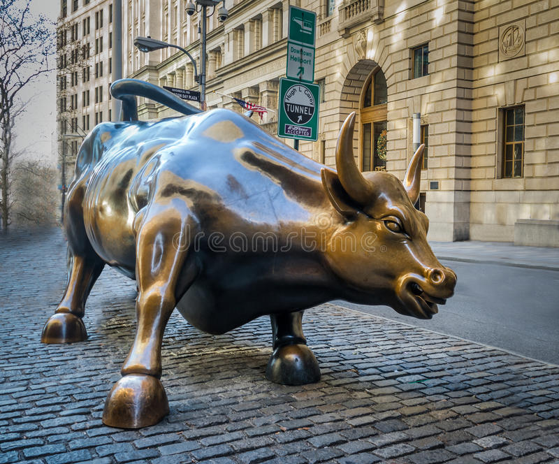 Wall Street que carrega a escultura no Lower Manhattan - New York de Bull, EUA fotografia de stock
