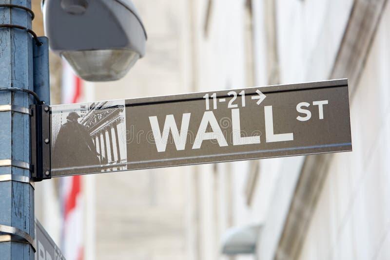 Wall Street tecken med gatalampan nära börs, New York fotografering för bildbyråer