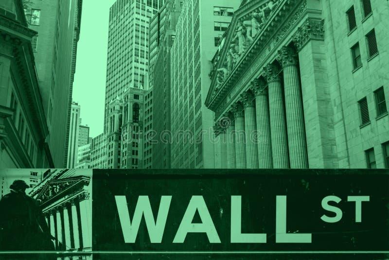 Wall Street tecken och New York Stock Exchange byggnader royaltyfri fotografi