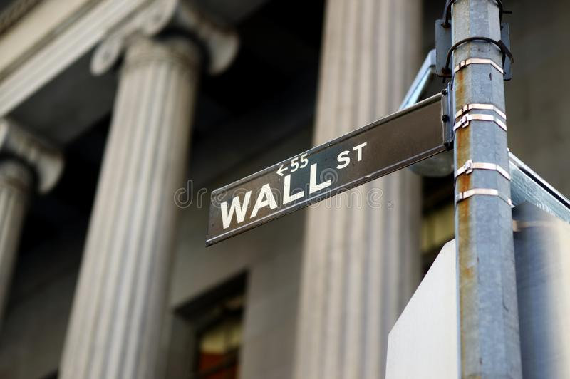 Wall Street undertecknar in i stadens centrum Manhattan, New York royaltyfri bild