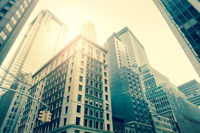 Wall Street-Wolkenkratzer, Manhattan, New York - Weinleseart lizenzfreie stockfotos