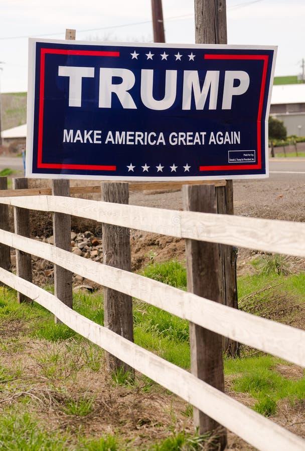 """WALLA WALLA, †""""MÄRZ, 23 WA/VEREINIGTE STAATEN: Ein Anwohner hat eine Kampagnenzeichen-Vertretungsunterstützung für Donald Trump lizenzfreies stockbild"""