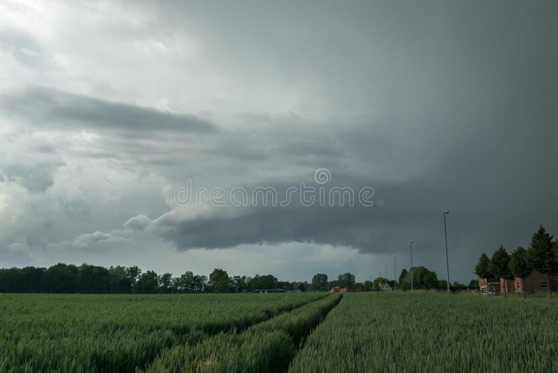 Wallcloud giratorio de una tempestad de truenos del supercell, al sur de la ciudad de Gante, Bélgica fotos de archivo libres de regalías