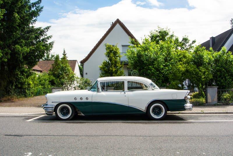WALLDORF, ALEMANHA - 4 DE JUNHO DE 2017: os anos 50 Buick de branco e de escuro - cor verde na rua da vila de Walldorf imagens de stock