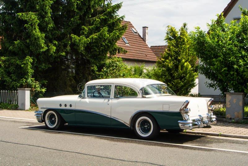 WALLDORF, ALEMANIA - 4 DE JUNIO DE 2017: los años 50 Buick del color blanco y verde oscuro en la calle del pueblo de Walldorf fotografía de archivo libre de regalías
