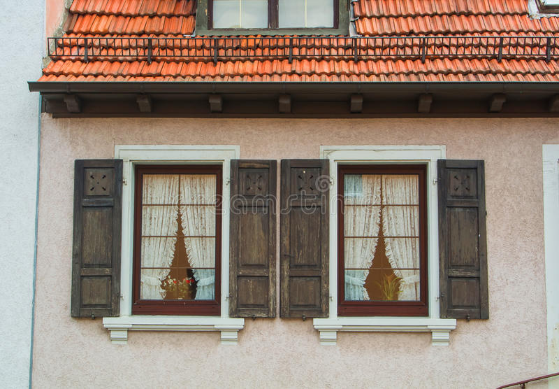 WALLDORF, ALLEMAGNE - 4 JUIN 2017 : Un plan rapproché de maison résidentielle de village allemand, ses fenêtres avec de vieux vol photo stock