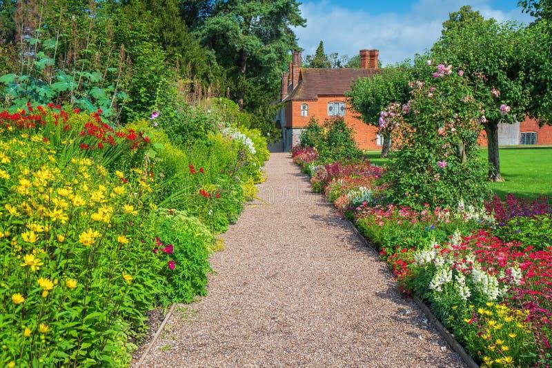 Walled trädgård, Baddesley Clinton House, Warwickshire, England arkivfoto