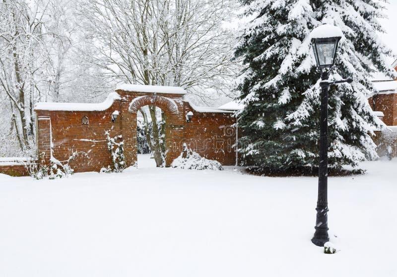 Walled trädgård i vinter royaltyfri fotografi