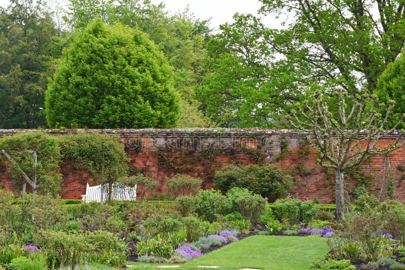 Walled trädgård på den Mottisfont abbotskloster, Hampshire, England royaltyfri bild