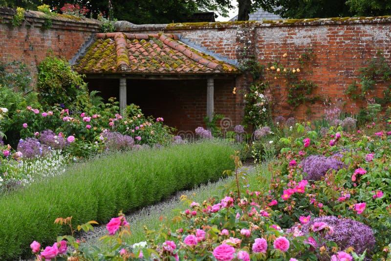 Walled trädgård på den Mottisfont abbotskloster, Hampshire, England royaltyfri foto