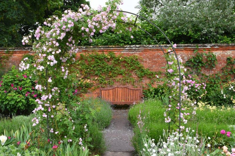 Walled trädgård på den Mottisfont abbotskloster, Hampshire, England royaltyfri fotografi