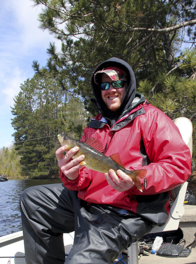 Walleye и рыболов стоковое изображение