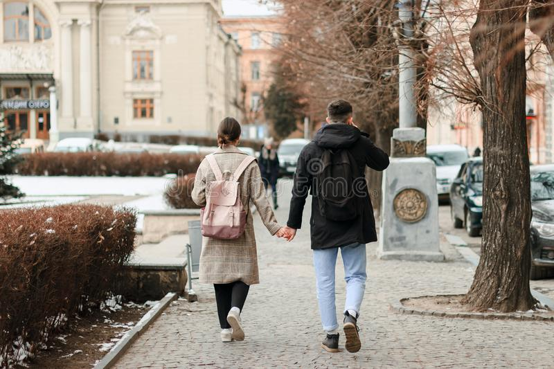 Wallking tillsammans Full längd av unga par på datumet som har gyckel tillsammans royaltyfri bild