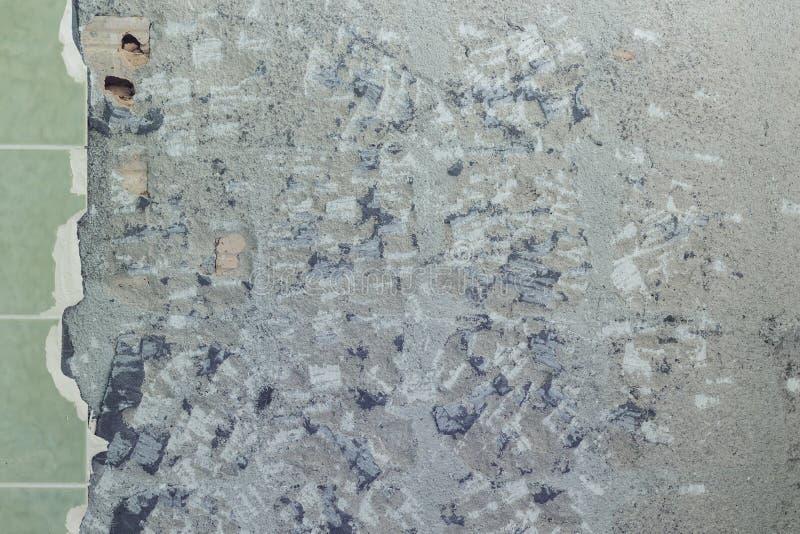 Walll distrutto e incrinato del bathtroom immagine stock