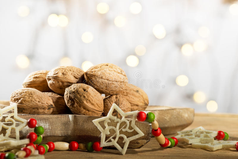 Wallnuts con la decorazione di Natale immagini stock