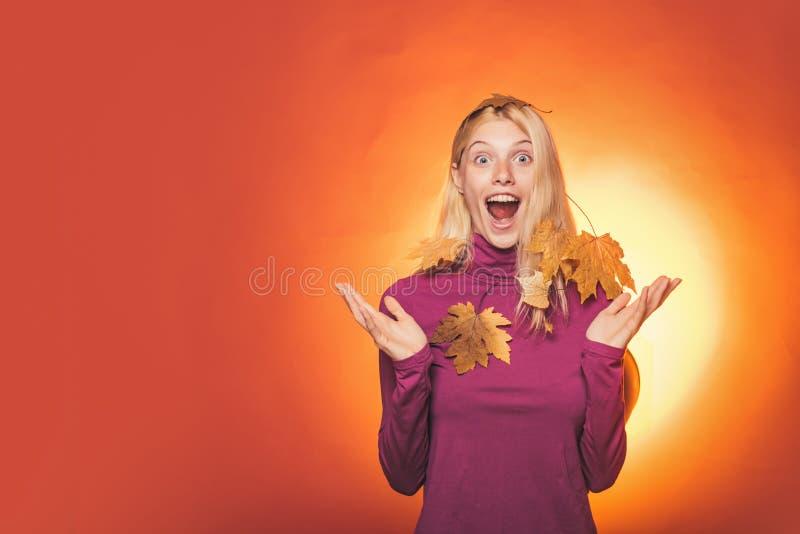 wallpaper för bakgrundsfärgguld s Regn- och paraplynovember begrepp Hello höst och Autumn Dreams Hello September Höstförsäljning  arkivbilder