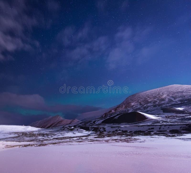 Wallpaper la naturaleza del paisaje de Noruega de las montañas de la ciudad de la nieve del edificio de Spitsbergen Longyearbyen  foto de archivo