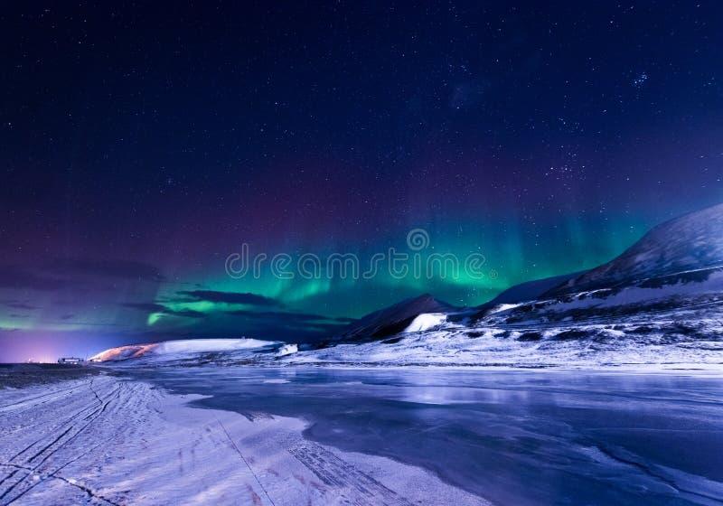 Wallpaper la naturaleza del paisaje de Noruega de las montañas de la ciudad de la nieve del edificio de Spitsbergen Longyearbyen  fotografía de archivo