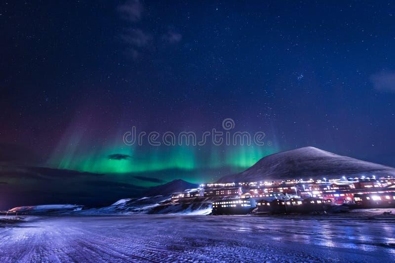 Wallpaper la naturaleza del paisaje de Noruega de las montañas de la ciudad de la nieve del edificio de Spitsbergen Longyearbyen  fotografía de archivo libre de regalías