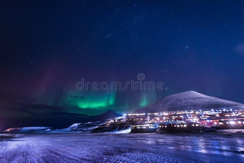 Wallpaper la naturaleza del paisaje de Noruega de las montañas de la ciudad de la nieve del edificio de Spitsbergen Longyearbyen  fotos de archivo