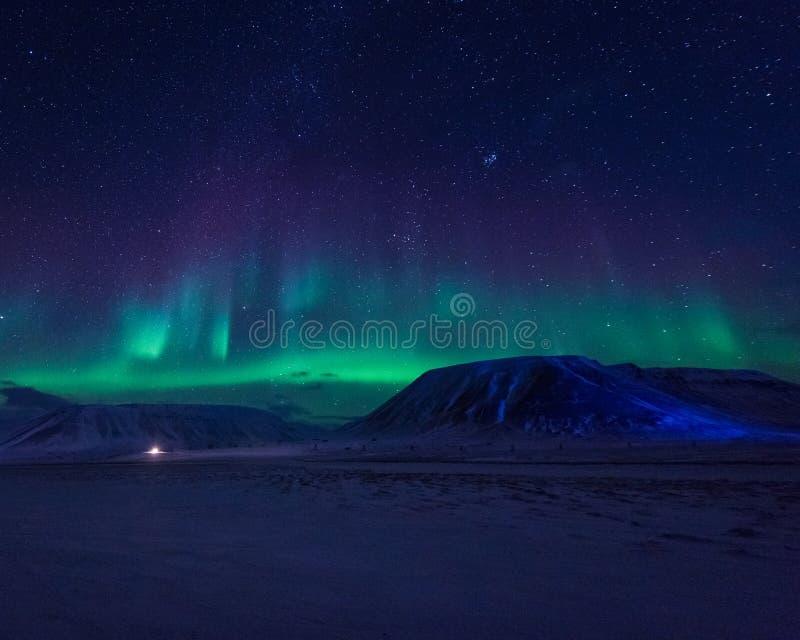 Wallpaper la naturaleza del paisaje de Noruega de las montañas de la ciudad de la nieve del edificio de Spitsbergen Longyearbyen  fotos de archivo libres de regalías