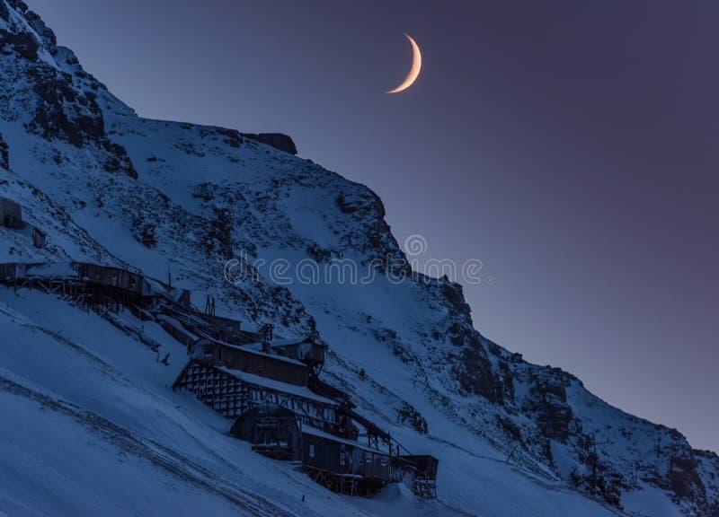 Wallpaper la nature de paysage de la Norvège des montagnes de la nuit polaire du Svalbard de grande lune du Spitzberg Longyearbye photo stock