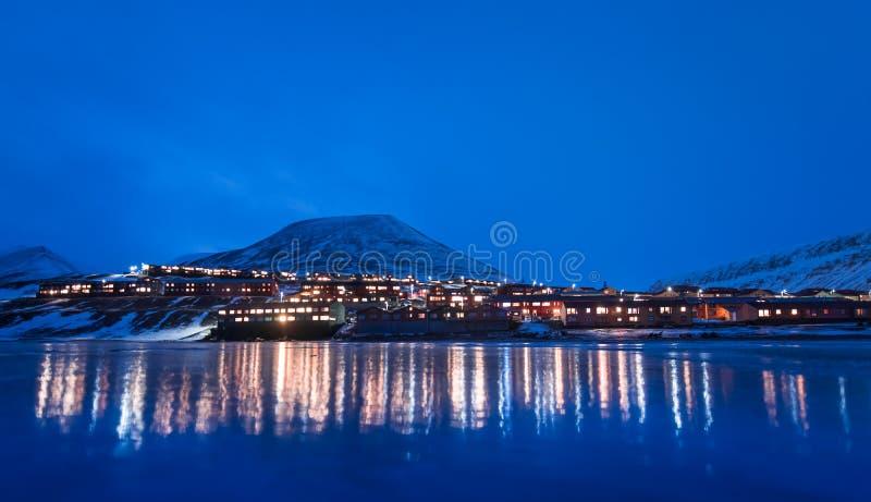 Wallpaper la nature de paysage de la Norvège des montagnes de la ville de neige de bâtiment du Spitzberg Longyearbyen le Svalbard images libres de droits