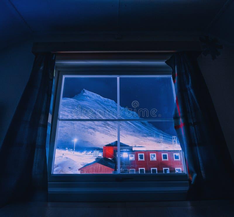 Wallpaper la nature de paysage de la Norvège des montagnes de la ville de neige de bâtiment du Spitzberg Longyearbyen le Svalbard photographie stock