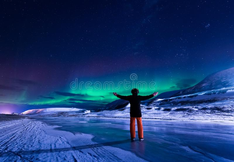 Wallpaper la nature de paysage de la Norvège des montagnes de la ville de neige de bâtiment du Spitzberg Longyearbyen le Svalbard photos stock