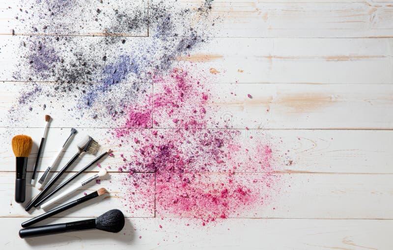 Wallpaper para el maquillaje profesional y forme los cepillos y los pigmentos coloridos fotografía de archivo