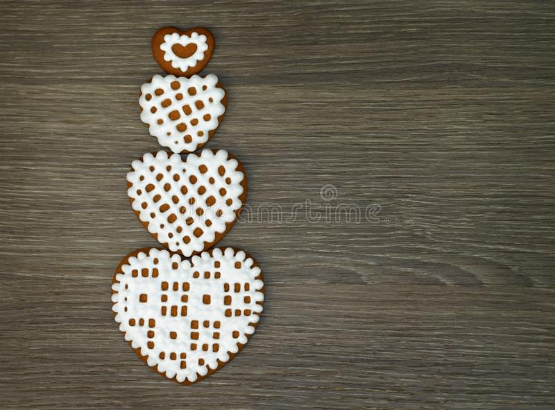Wallpaper pour l'instrument de comprimé avec les biscuits en forme de coeur avec le glaçage sur un fond en bois image stock