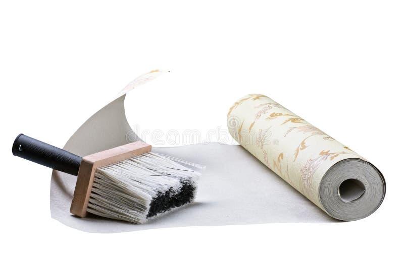 El pegarse del papel pintado y del cepillo imagenes de archivo