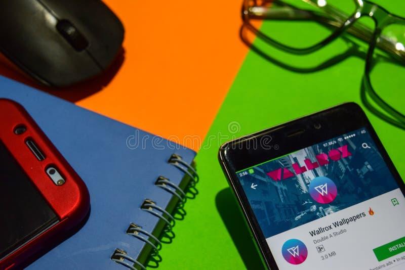 Wallrox Wallpapers el revelador app en la pantalla de Smartphone fotografía de archivo libre de regalías