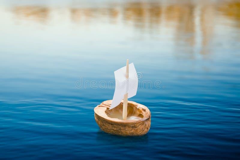 Walnuss Shell Boat lizenzfreies stockfoto